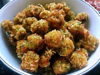 酥炸萝卜丝丸,炸制金黄色固定成形即可出锅享用