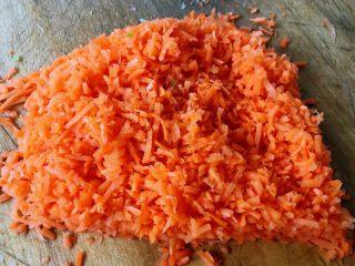 酥炸萝卜丝丸,胡萝卜去皮洗净沥干水份剁成小粒