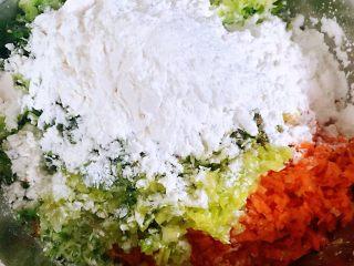 酥炸萝卜丝丸,放入适量淀粉开始拌馅