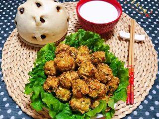 酥炸萝卜丝丸,搭配刚蒸出锅的枣馒头和一碗奶就是标配的早餐