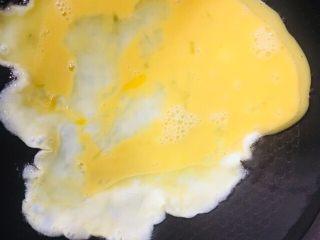 炒面,倒入蛋液