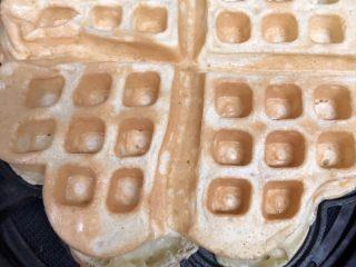 早餐华夫饼,取出,切成四块即可。