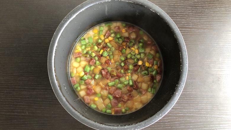 韩式拌饭,炒好的菜均匀的倒入锅内,选择煮饭功能