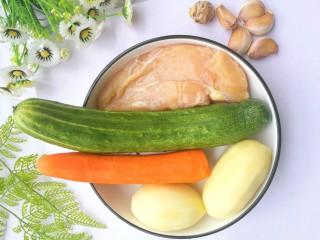 鲜嫩不柴的鸡胸肉,准备材料:鸡胸肉400g、黄瓜一根、胡萝卜一根、土豆两个、大蒜粒适量、姜一块。