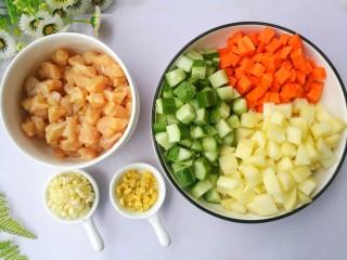 鲜嫩不柴的鸡胸肉,鸡胸肉切小粒,黄瓜、胡萝卜、土豆切粒,大蒜、姜切末。