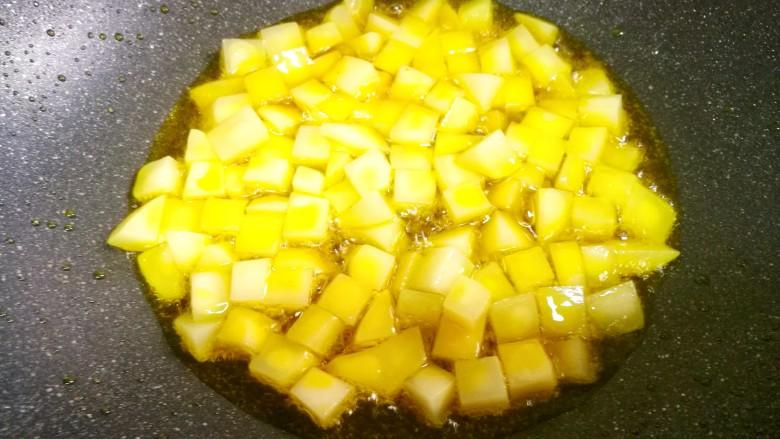 鲜嫩不柴的鸡胸肉,小火加入土豆炸至金黄捞出。