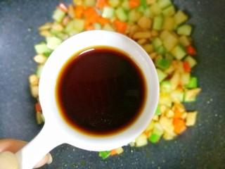 鲜嫩不柴的鸡胸肉,锅中加入1勺生抽。