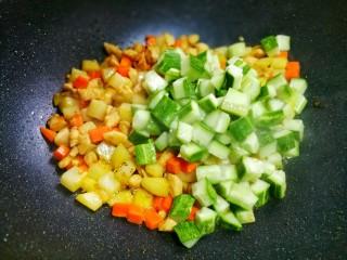 鲜嫩不柴的鸡胸肉,加入黄瓜。