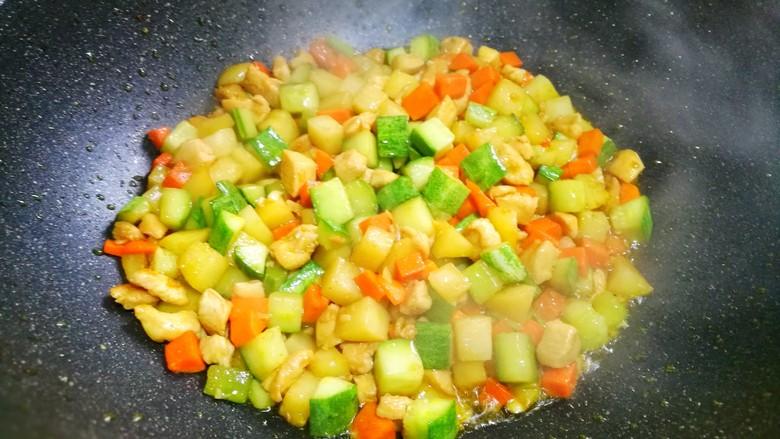 鲜嫩不柴的鸡胸肉,适量盐翻炒均匀。