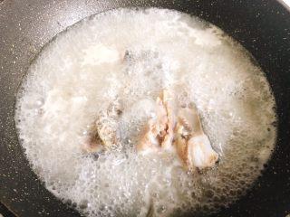 酸菜鱼,煎至发白放入开水,炖十几分钟左右
