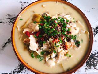 酸菜鱼,放入蒜末、葱末、干辣椒、花椒 喜欢吃辣的可多放红辣椒