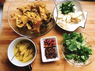 酸菜鱼,黑鱼、酸菜、泡椒、干辣椒、花椒、葱姜蒜、香菜