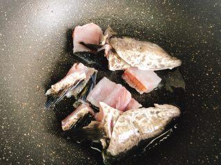 酸菜鱼,起锅放油放入鱼骨