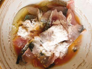 酸菜鱼,放入一个蛋清、两勺淀粉、4勺料酒