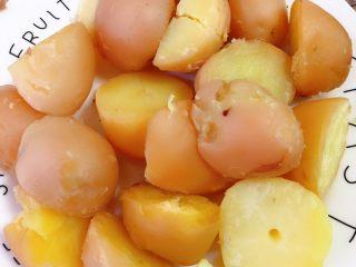 香辣小土豆,去完皮的小土豆,我给切了一下,这次的土豆稍微有点大🤦♀️