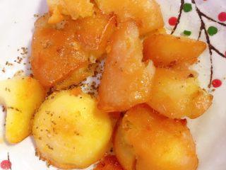 香辣小土豆,洒上孜然粉