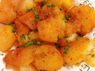 香辣小土豆,在洒上切好的小香葱