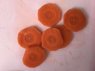 宝宝鸡肉粥,胡萝卜切块