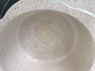 宝宝鸡肉粥,锅里下核桃油