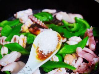 鱿鱼炒青椒,加入白糖