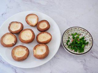 香菇蒸鹌鹑蛋,香菇去蒂洗净备用,葱切葱花
