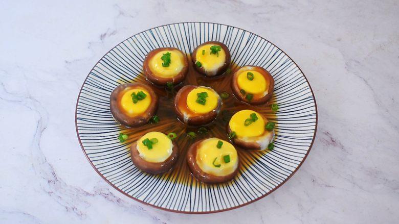 香菇蒸鹌鹑蛋,浇倒在香菇上,再撒上葱花即可