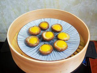 香菇蒸鹌鹑蛋,放入烧开水的蒸锅