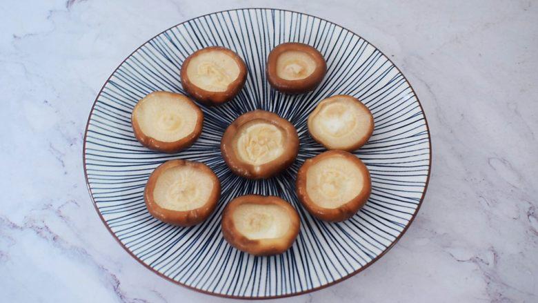 香菇蒸鹌鹑蛋,捞出放入盘中
