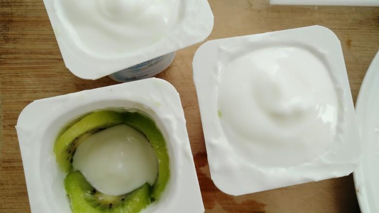 奇异果酸奶棒,再把酸奶搅拌均匀倒入杯里(如图)