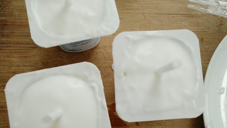 奇异果酸奶棒,全部倒满后震几下再插入吸管