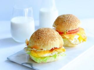 汉堡包,来杯牛奶美美的吃早餐吧