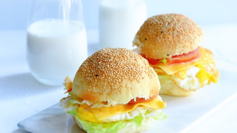 汉堡包,来杯<a style='color:red;display:inline-block;' href='/shicai/ 219'>牛奶</a>美美的吃早餐吧