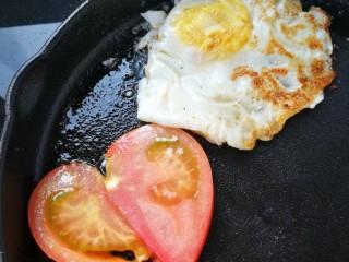 汉堡包,准备做四个汉堡,蔬菜鸡蛋西红柿放在锅里煎一下