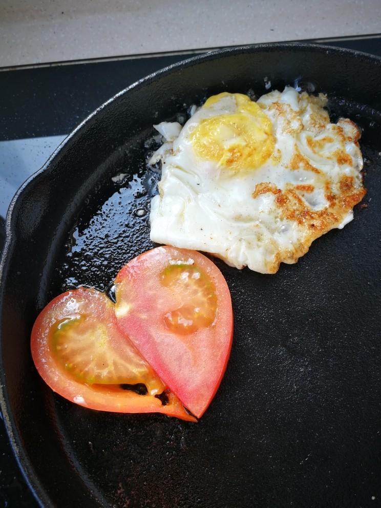 汉堡包,准备做四个汉堡,蔬菜<a style='color:red;display:inline-block;' href='/shicai/ 9'>鸡蛋</a>西红柿放在锅里煎一下