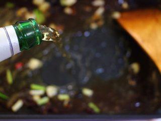 啤酒焖鲐鱼小白菜,这个时候倒入啤酒。