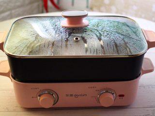 啤酒焖鲐鱼小白菜,盖上锅盖大火烧开后,继续小火慢慢炖煮20分钟。