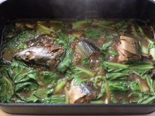 啤酒焖鲐鱼小白菜,看见小白菜帮变色的时候,加入小白菜叶继续炖煮。