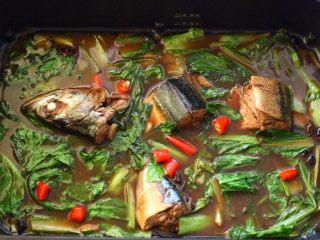啤酒焖鲐鱼小白菜,看见小白菜变色断生的时候,加入切丁的小米辣,煮开即可关火。