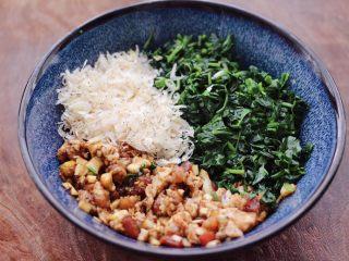 辣椒叶酱肉包,把切碎的辣椒叶和淡干虾皮,放入碗里。