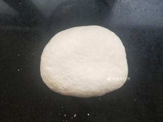 花样馒头—寿桃馒头,初步和成一个软硬适中的面团,然后揉面。