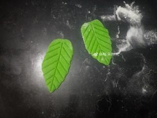 花样馒头—寿桃馒头,稍微拉长,用刮刀压出叶脉。叶片安装有两种。