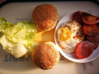 汉堡包,汉堡所需的原料根据自己的喜好随意搭配蔬菜