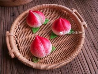 花样馒头—寿桃馒头,这是大红色素粉蒸出来的效果。有一个桃子熟透了,自然裂开了😂。太红了。我感觉没有红曲粉的自然。好看。