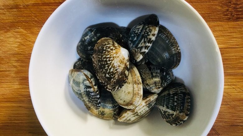 丝瓜花蛤汤,浸泡后的花蛤反复冲洗干净放碗里备用