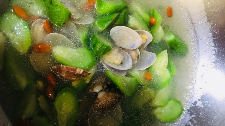 丝瓜花蛤汤,搅匀即可