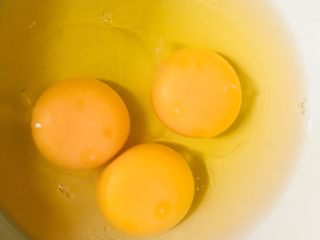 花蛤蒸蛋,鸡蛋打入碗中