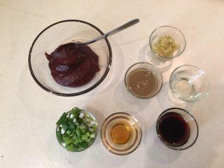 韩式炸鸡,热油的同时准备韩式拌酱