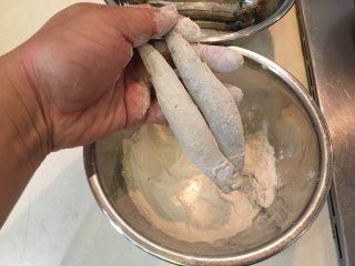 酥炸多春鱼,拍去多余的面粉