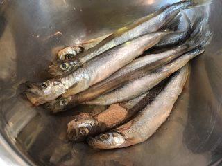 酥炸多春鱼,加入腌料,混合均匀