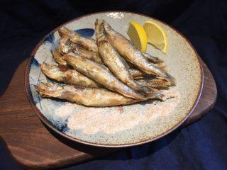 酥炸多春鱼,食用时可挤上柠檬、沾胡椒盐